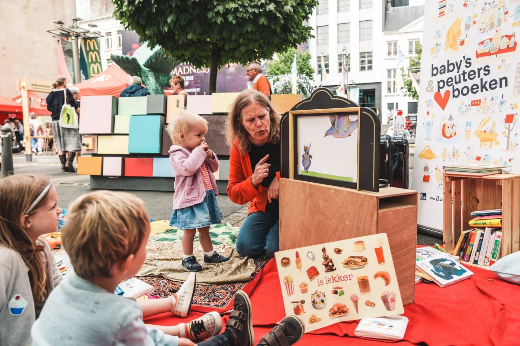 Inge Umans leest voor aan kinderen op de Cultuurmarkt