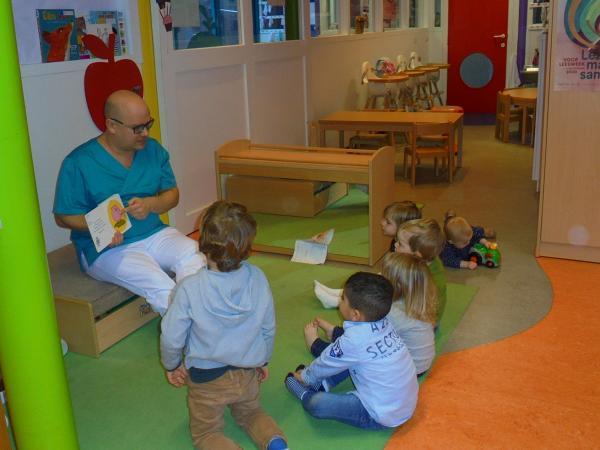 De voorleescoördinator leest voor in de Witte Wolk in Lier